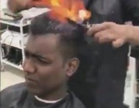 Độc đáo cửa tiệm cắt tóc bằng lửa ở Ấn Độ