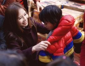 Hoa khôi Lan Phương lên bản xa xôi tặng quà trẻ em nghèo