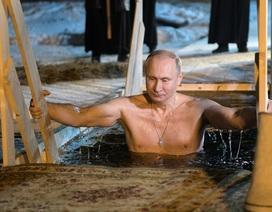 Tổng thống Putin cởi trần cử hành nghi lễ trong nước lạnh