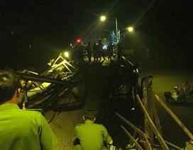 Sập cầu ở Sài Gòn, xe máy và xe ben rơi xuống sông
