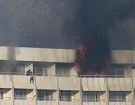 Con tin dùng ga trải giường thoát khách sạn bị tấn công khủng bố ở Kabul