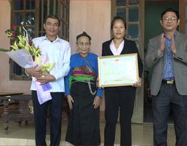 Chủ tịch huyện đến nhà tặng giấy khen cho thủ môn Bùi Tiến Dũng