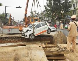 Giải cứu xe taxi lao xuống hố công trình