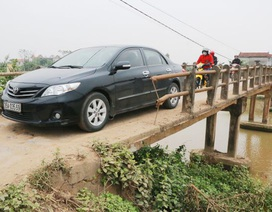 """Người dân """"liều mình"""" qua cây cầu già yếu gần 40 tuổi ở Ninh Bình"""