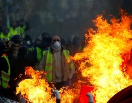 """Bạo động """"Áo vàng"""" tại Pháp: Người biểu tình mang quan tài xuống đường"""