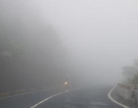 Đường đèo Hải Vân chìm trong sương mù dày đặc