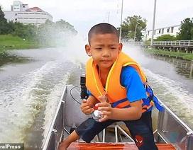 Thái Lan: Cậu bé 5 tuổi tự lái xuồng máy tới trường