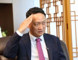 Đại sứ Hàn Quốc ấn tượng nhất Bùi Tiến Dũng giơ tay chào mừng chiến thắng trước Jordan
