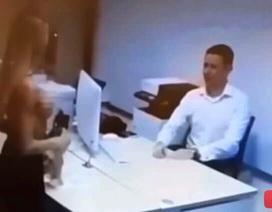 Bị từ chối cho vay, cô gái cởi đồ ngay trước mặt nhân viên ngân hàng