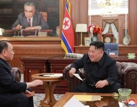 """Ông Kim Jong-un """"rất hài lòng"""" khi nhận thư tay của ông Trump"""