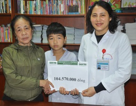 Cậu bé 10 tuổi bị bệnh Hemophylia được bạn đọc giúp hơn 104 triệu đồng