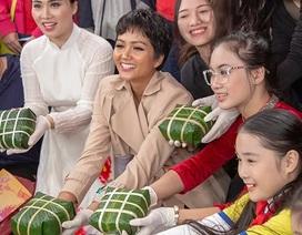 Hoa hậu H'Hen Niê tự tay gói bánh chưng tặng trẻ em nghèo