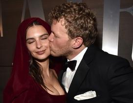 Emily Ratajkowski hạnh phúc hôn chồng trên phố