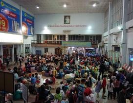 Hàng nghìn người vật vã nằm chờ tàu ở ga Sài Gòn