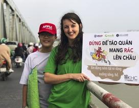 Hà Nội: Người nước ngoài ra sông đứng giúp người dân thả cá chép