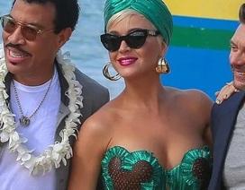 Katy Perry khoe vòng một đẫy đà