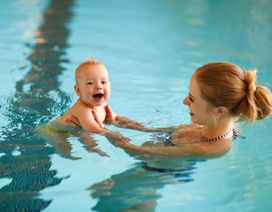 Bà mẹ bị đuổi khỏi bể bơi vì đang cho con bú