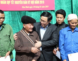 Trao hơn 300 suất quà cho các hộ nghèo tỉnh Hòa Bình