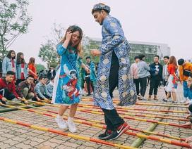 Sinh viên nước ngoài tại Việt Nam trải nghiệm gói bánh chưng, xin chữ ngày Tết