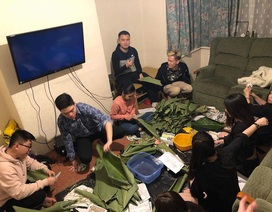 Du học sinh Việt tại Anh quây quần gói bánh chưng, đón Tết nguyên đán