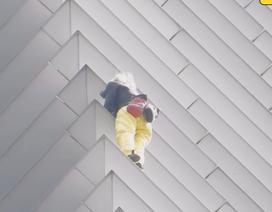 """""""Người nhện"""" tay không leo tòa nhà 43 tầng và cái kết"""