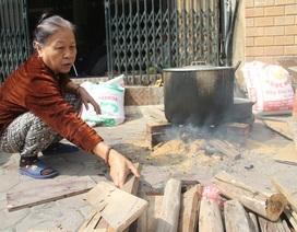 Người Hà Nội bắc bếp luộc bánh chưng trên vỉa hè