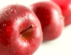 Tiên đoán vận may qua nhánh cỏ và hình cánh sao trong lòng trái táo