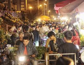Người lao động trắng đêm mưu sinh ở chợ hoa Quảng Bá những ngày cận Tết