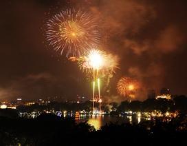 Pháo hoa rực sáng bầu trời hồ Gươm trong đêm giao thừa
