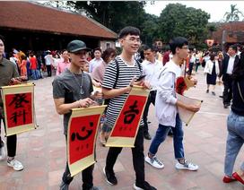 Hàng nghìn người dân đến Văn Miếu xin chữ đầu năm