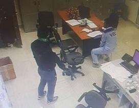 2 tên cướp táo tợn kề súng vào cổ nhân viên trạm thu phí cướp tiền