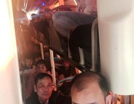 """Xe khách 40 chỗ ngồi """"nhồi"""" hơn 60 người"""