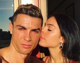 Mãi không được cầu hôn, bạn gái xinh đẹp của C.Ronaldo đành chủ động ngỏ lời