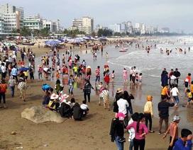 Mùng 5 Tết, bãi biển Sầm Sơn đông người tắm như mùa hè