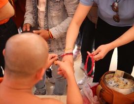 """Đầu Xuân sang Lào buộc chỉ tay cầu may mắn ở ngôi chùa """"thiêng"""""""