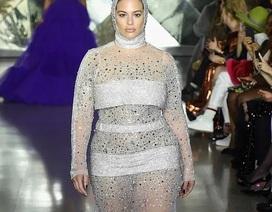Ashley Graham khoe dáng nảy nở với váy xuyên thấu