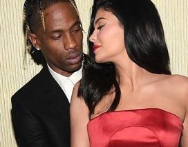 Kylie Jenner tình tứ bên Travis Scott