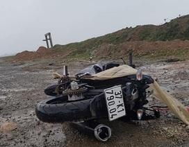 Thi thể nam thanh niên nằm cạnh chiếc xe máy vỡ nát