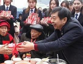"""Về thăm quê, đại gia Trung Quốc chi 1,8 triệu USD """"lì xì"""" dân làng"""