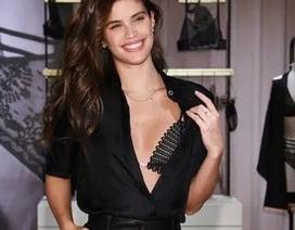 Sara Sampaio diện áo lấp ló nội y