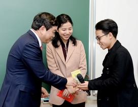 """Hiệu trưởng trường ĐH Kinh tế quốc dân """"lì xì"""" tới từng sinh viên"""