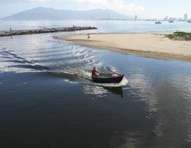 Gần 4 km bờ biển Đà Nẵng nước đen ngòm sau Tết