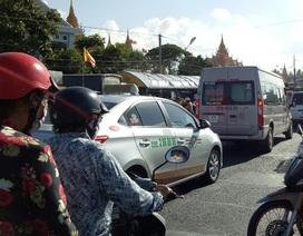 Hàng trăm ô tô ùn ứ trên quốc lộ 1 trong ngày khánh thành chánh điện chùa