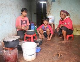 Xót lòng hai chị em mồ côi ăn lá mì, vượt khó đến trường
