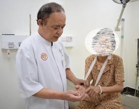 Suýt tử vong vì dùng kim khều gai khi thấy tay bị sưng
