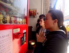 Lạ lùng cảnh xếp hàng khấn vái xin thẻ xăm ở... máy xin xăm tự động
