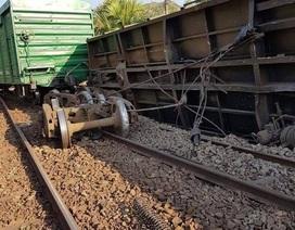 Tàu hỏa trật bánh rồi lật nghiêng, đường sắt Bắc - Nam tê liệt
