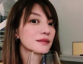 Triệu Vy đăng tải hình ảnh uống rượu một mình trong dịp lễ đoàn viên