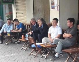 Tổng thống Argentina ngồi vỉa hè Hà Nội uống cà phê