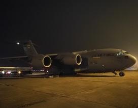 Máy bay vận tải chở xe tiếp dầu chuyên dụng của Mỹ đến Nội Bài